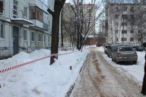 Сброшенный снег с крыши повредил тротуар куда жаловаться