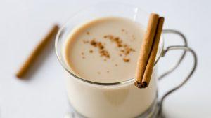 Молоко с корицей и медом